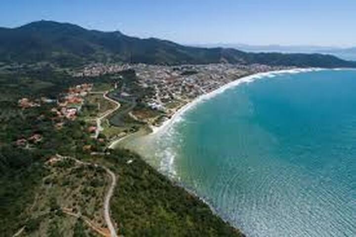 Perto da praia, quarto espaçoso. - Governador Celso Ramos - House