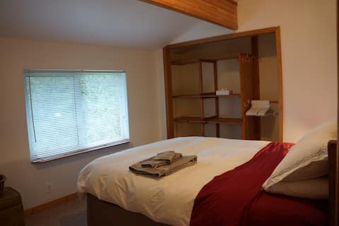 Red Fox HideAway - Private Room - Rossland