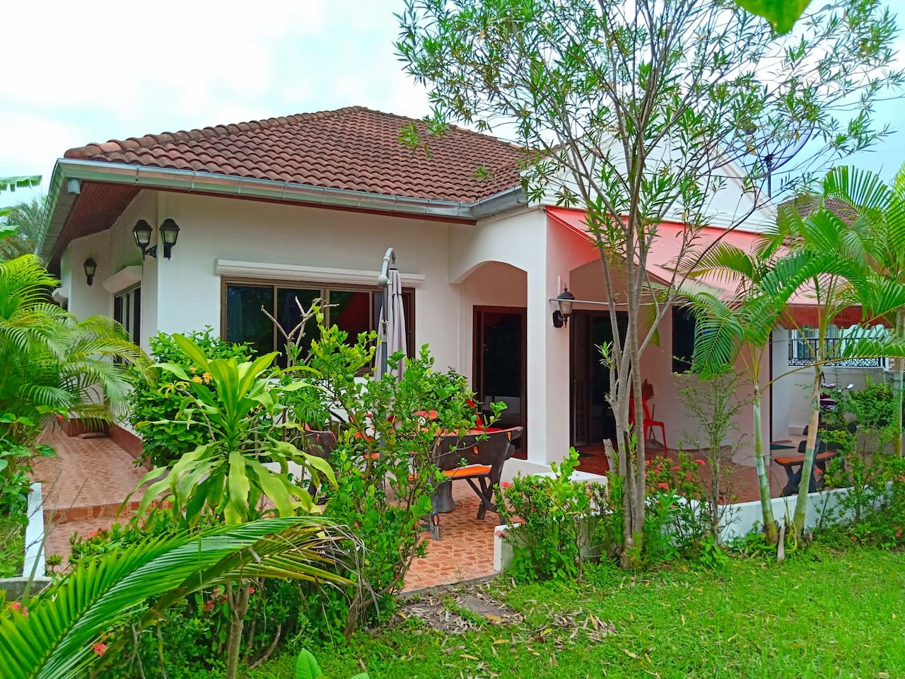 2  Double bedrooms Livingroom Dining room  2 Aircondition Units fast Wifi  Private parking and nice private garden. Washing machine, Smart Tv, The Villa can be extended to 3 bedrooms 2 kitchens and 2 shower suites. Patio outside BBQ