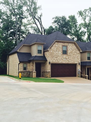 New townhome in great location! - Longview