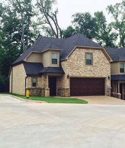 New townhome in great location! - Longview - 一軒家