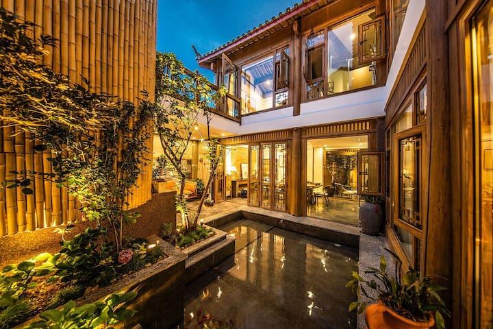 丽江古城整套院子,交通便利,安静奢华,私密空间,豪华厨房自助做饭,卫生标准极高。有专业茶室、花园。