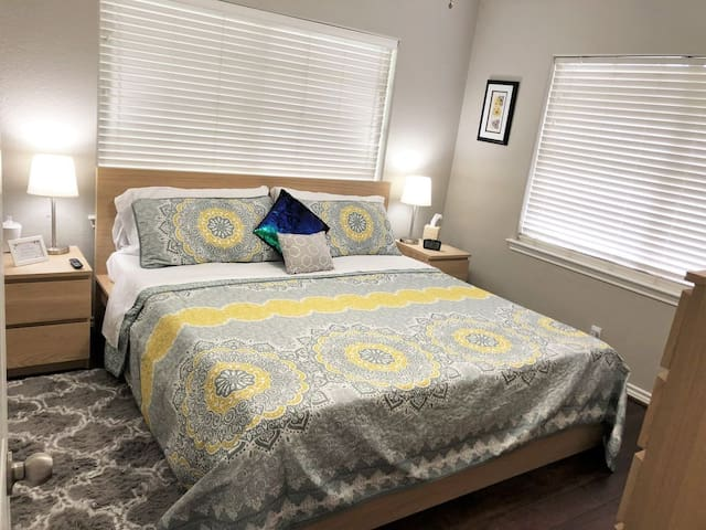 The Thistle Room - king bed, essential oil diffuser, alarm clock, large closet, full length mirror, lamps with USB ports and your own TV