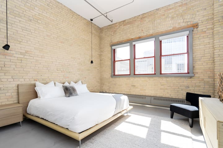 A spacious & bright master bedroom, connected to a walk in closet that leads to a full en-suite bathroom. This bedroom is on the opposite end of condo from the second bedroom. Tons of privacy if travelling with colleagues or family. (Blinds included)