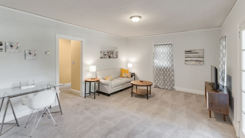 1BR Hidden Gem in Elizabeth Walk to Everything!
