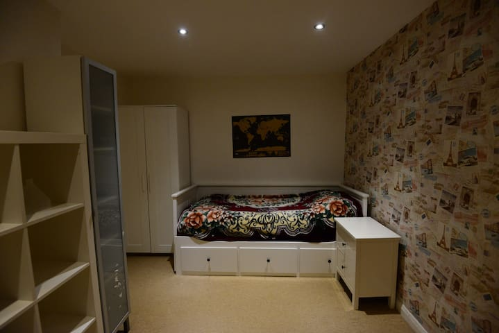 A cosy room to rest and recuperate - High Wycombe - House