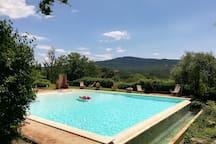 piscina con vista panoramica - godersi in pace e tranquillità la tua vacanza in Umbria/swimming pool with panoramic views