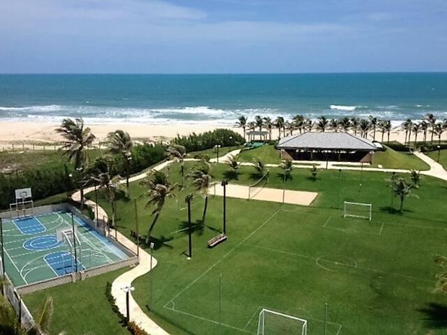 Barraca de praia, quadras esportivas e pista de caminhada