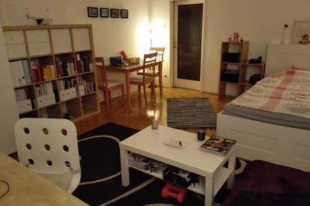 Private room with balcony in shared apartment - Wien - Wohnung
