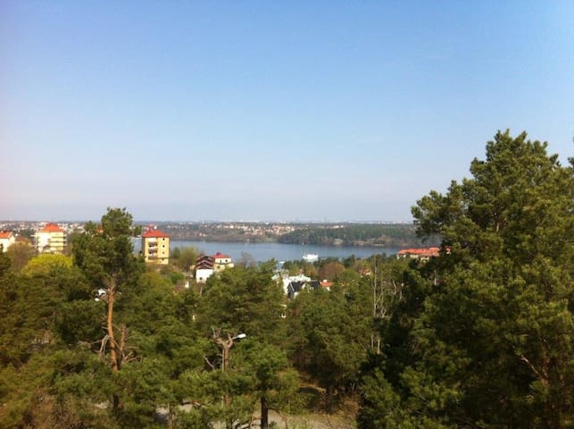 No nearby neighbours. Just the horizont, the lake and the surrounding park. One of the views from upper terrace.