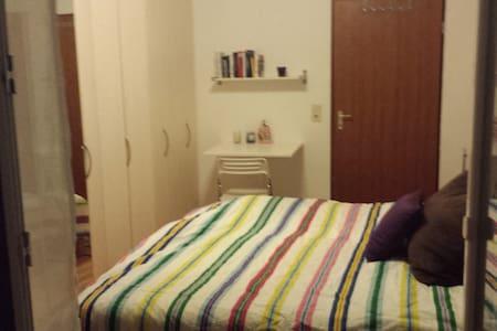 Kuscheliges Bett mit Zugang zum Balkon - Veitshöchheim - Rumah bandar