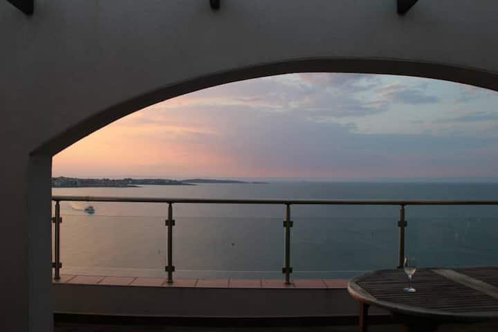 Phenomenal Front Line Sea View