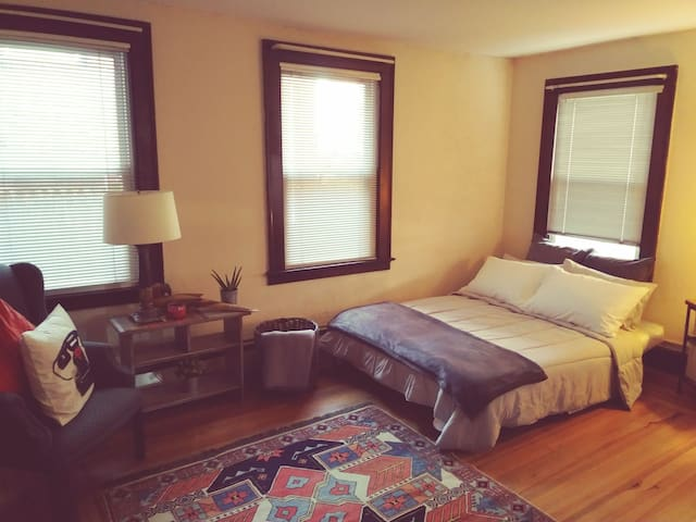 Cozy Affordable Futon Stay!