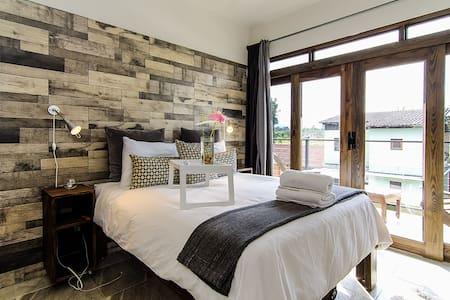 Queen Room w/Spa-Inspired Bath & Balcony - Jarabacoa