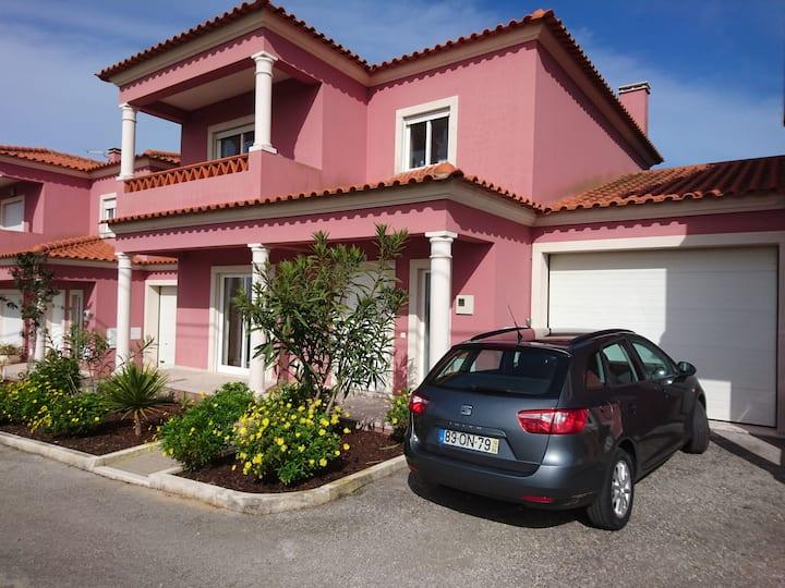 Villa Pardo. 5minutes to Sao Martinho do Porto Bay