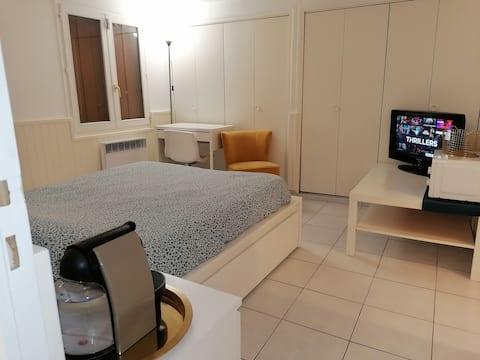 غرفة نوم خاصة وحمام في الجناح 10 دقائق أورلي