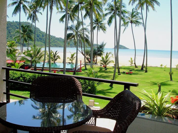 Beachfront 1 BR Apartment with Sea View, 4 Adults