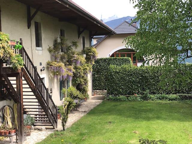 La providence, montagnes et lac d'Annecy
