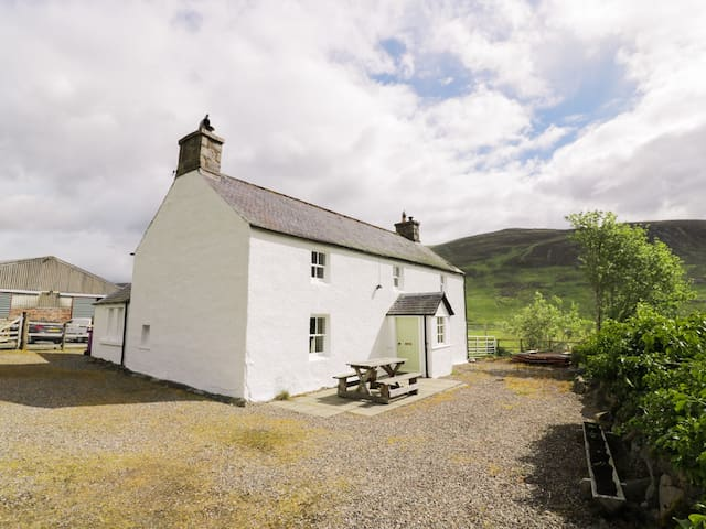 PRESNERB FARMHOUSE, pet friendly, with open fire in Alyth, Ref 942259