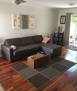 Modern Townhouse Close to Train & Tennis Centre - Yeerongpilly