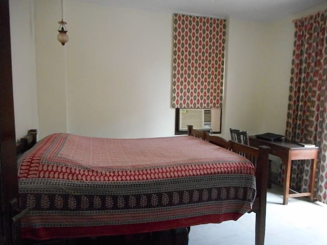 Centrally located, quiet bedroom with  bathroom - New Delhi - Apartament
