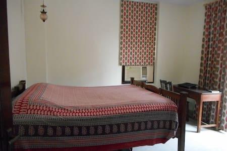 Centrally located, quiet bedroom with  bathroom - Neu-Delhi - Wohnung