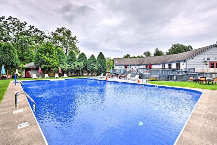 Lake Harmony Townhome w/ Deck, Grill & Hot Tub!