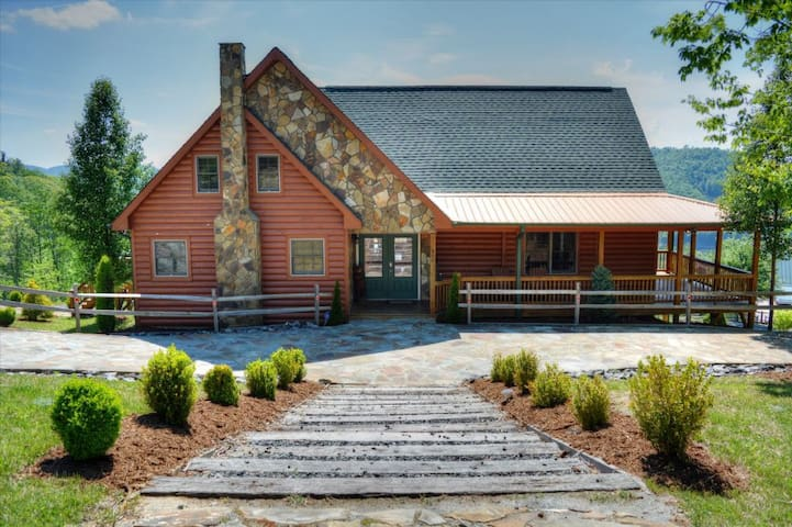 A Home Sweet Home- Large5 BR, 4 BA Cabin w/VIEWS, Hot Tub, Pool Table, Wi-Fi, Fire Pit & More