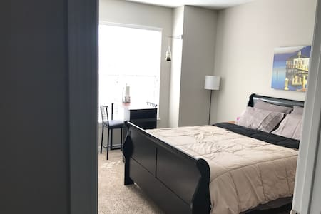 Very Private Room with Bathroom and kitchenette - Raleigh - 아파트