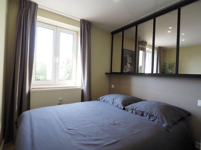 Chambre avec lit double , literie de qualité .  La chambre est équipée de rideaux occultant ainsi que d'un store sur la verrière afin d'assurer le noir complet pour passer une bonne nuit.