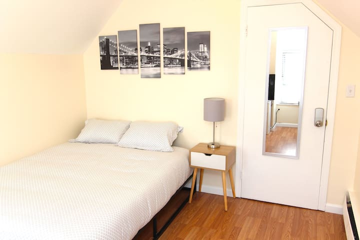Large Sunny Room by PATH Train-15 minutes to NYC