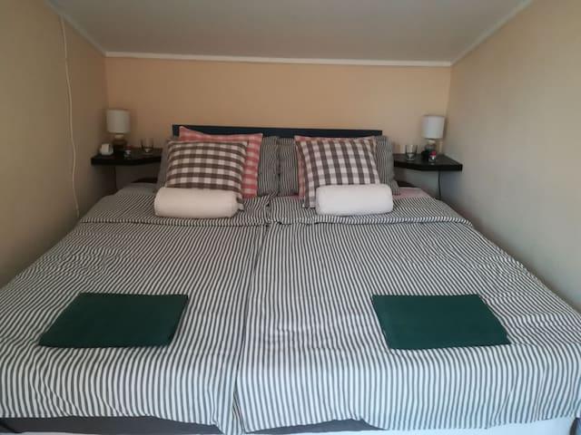 das Doppelbett mit durch gehender  1,80 x 1,90 Matratze
