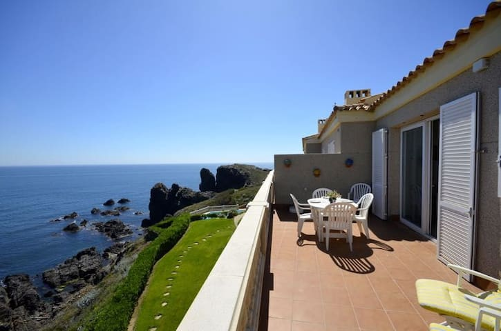 Fantastic apartment situated in a complex located on the shore line with  uninterrupted sp - Begur - Lägenhet