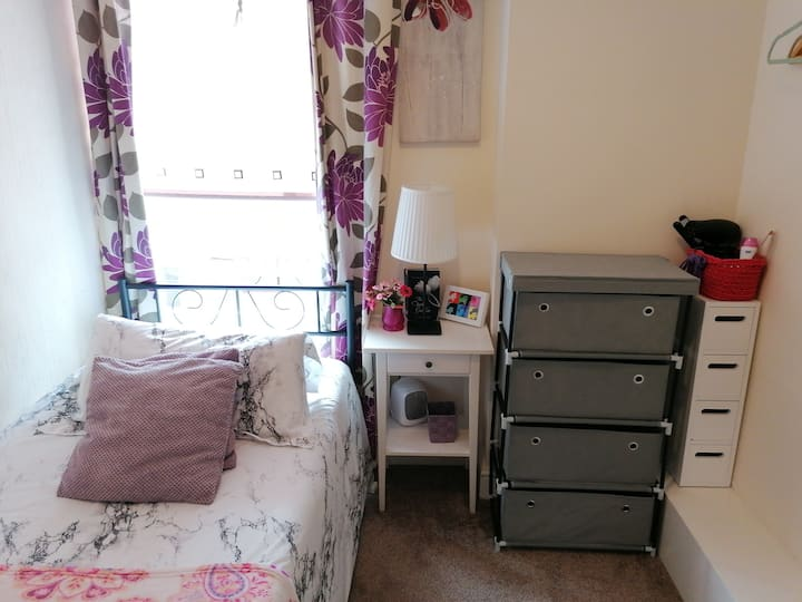 Comfy Room - near college, Uni, Town & Hospital!