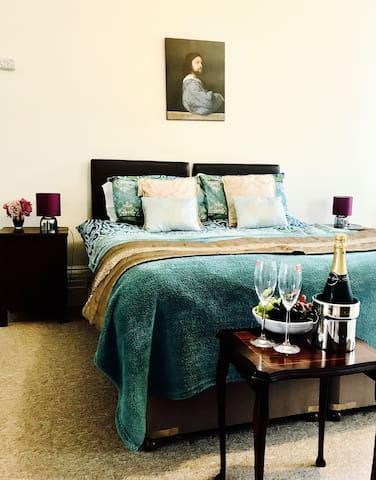 Grosvenor Premiere One-Bedroom Apartment