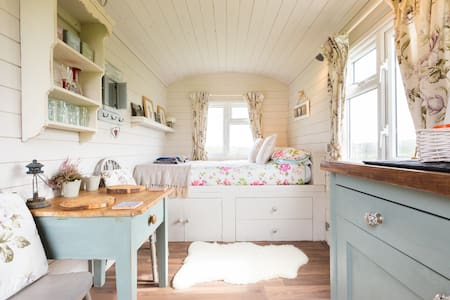 ☆ Cotswold Shepherd Huts at Durhams Farm, Ronald ☆