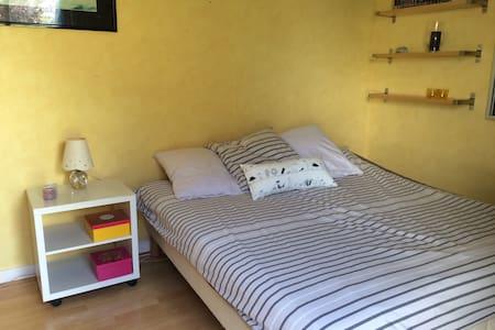Grande chambre au calme et dans un cadre verdoyant - Chambourcy