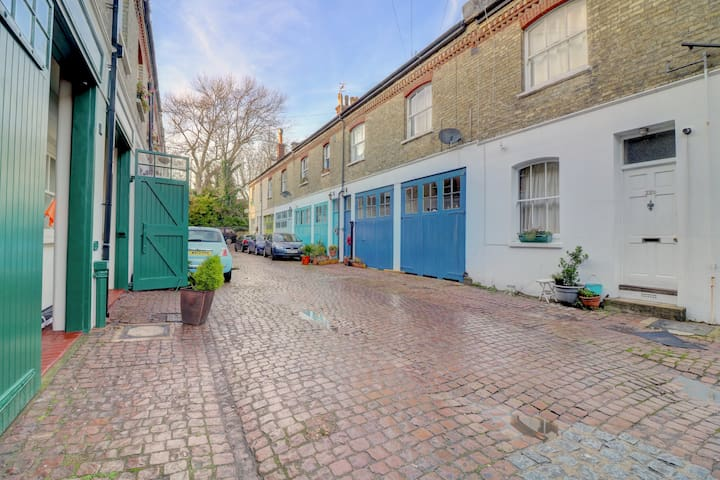 Stylish mews flat with glass house kitchen/dining