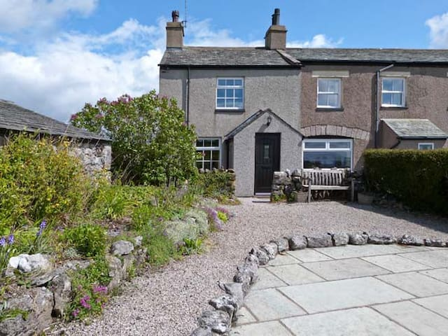 PYE HALL COTTAGE, family friendly in Silverdale, Ref 11939