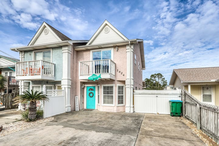 Beachy townhouse w/ private gas grill and enclosed backyard - walk to the beach!