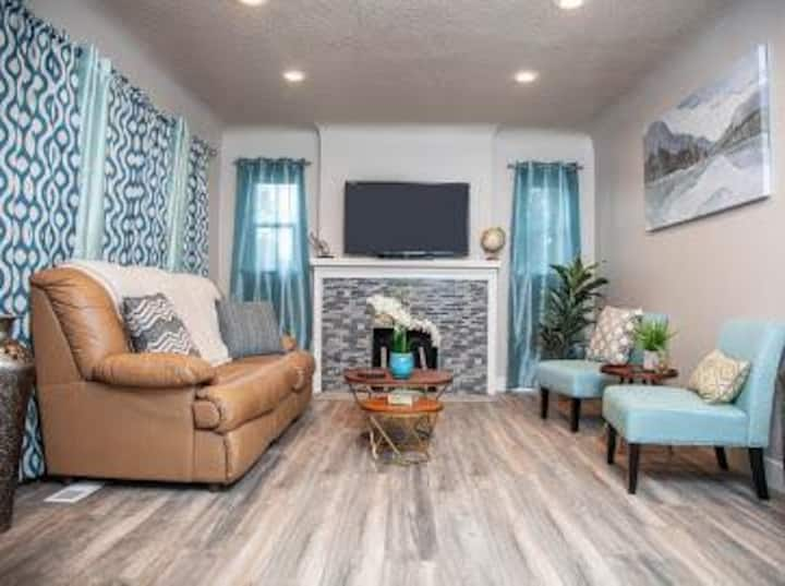 Central Bungalow Minutes from Downtown & Canyons