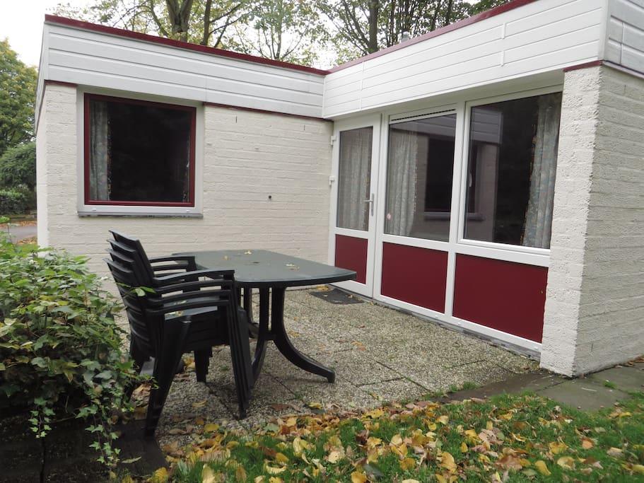 Achterkant bungalow met terras