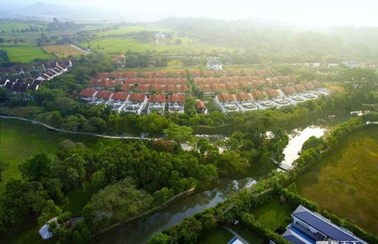 丽舍庄园从开发至今已经长达20年的时间,各项设施日趋完善,这里依河傍绿,自然景观优美宜人,是生活起居与大自然相依相融的世外桃源。