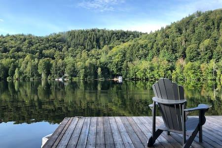 front lake cottage near by Le parc de la Mauricie