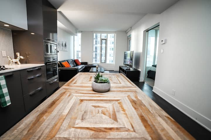 Private Beautiful Luxury DT condo + FREE PARKING