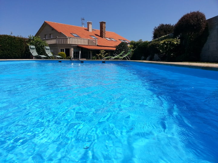 Casa con piscina en Razo