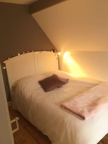 Petite chambre avec 1 grand lit 140x190, 1 armoire et un bureau au 2ème étage. Belle vue sur les montagnes et le village. Lits faits à l arrivée. Couette et matelas neufs.
