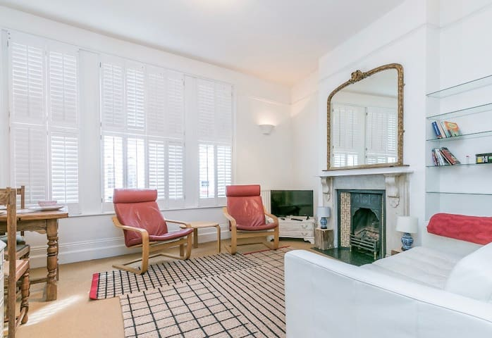 Two bedroom flat in lively Fulham, London