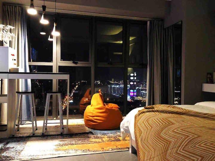 【有暖气】61层.地王公馆.智能.激光巨幕投影.云顶双江景大床房