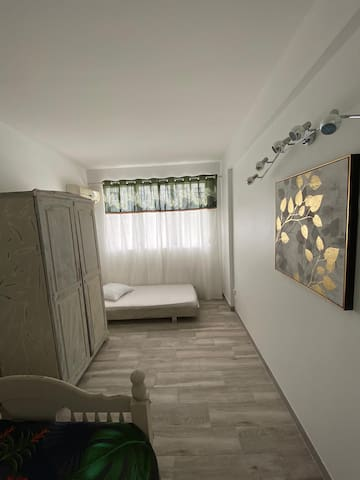 1 chambre avec 1 lit de 2 places, et 1 lit pour 1 personne